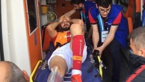 Emre Akbaba'nın ayağı kırıldı