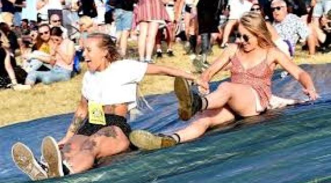 Böyle festivali görülmedi! Sıcaktan bunalıp soyundular