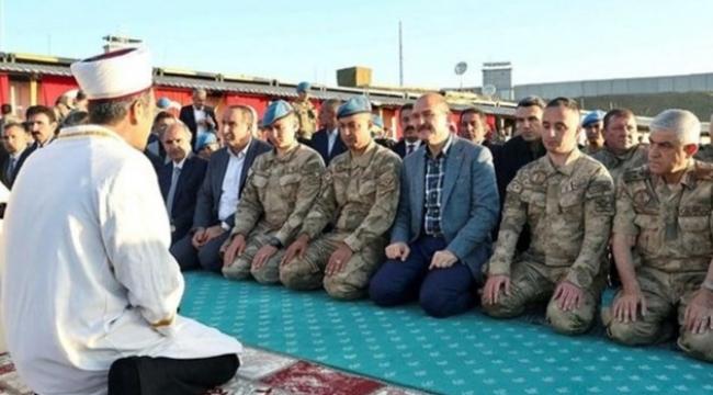 Soylu'nun askerlerle namaz görüntüleri sosyal medyayı salladı