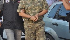 Askerlere ve polislere gözaltı