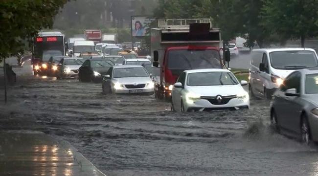 İstanbul'da yolları su bastı! Tüm seferler durdu