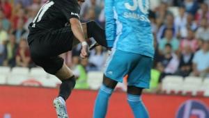 Sivas - Beşiktaş maçında korku dolu anlar! Bir anda yere yığıldı..
