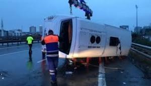 İstanbul Havalimanı çalışanlarını taşıyan servis midibüsü devrildi: 16 yaralı