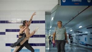 Tramvay istasyonunda dans ettiler: