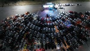 Açık hava sineması etkinliği: Gösterimdeki filmi araçlarından izlediler