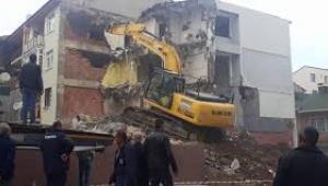Üsküdar'da içinde insanlar varken binayı yıktılar
