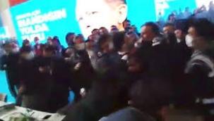 AK Parti kongresinde yumruklu kavga! Polis ekipleri iki grubu zor ayırdı