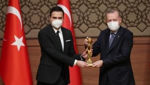 AKP Medyasının Saldırdığı İsim Erdoğan'ın Elinden Ödül Aldı