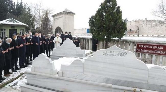 Erdoğan, Erbakan'ın mezarını ziyaret etti