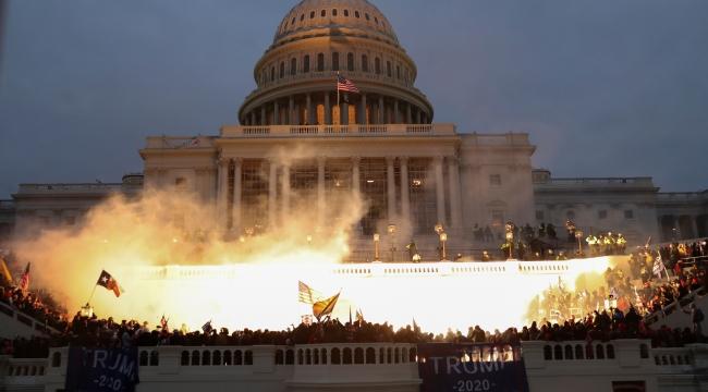 Trump destekçileri ayaklandı; işte saat saat ABD'de tarihi baskın