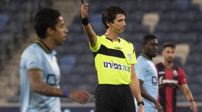 O ülkenin ilk transseksüel futbol hakemi sahaya çıktı: Taraftar pankart açtı