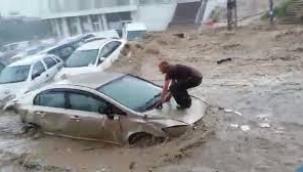 Ankara'da yoğun sağanak sonrası sel! Araçlar sürüklendi, caddeler su altında kaldı