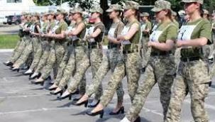 Ukrayna'da kadın askerlerin topuklu ayakkabı ile yürütülmesi tepki çekti;