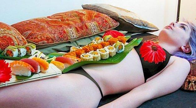 Bu restoranda masadan aç kalkmayacaksınız! Çıplak bedende suşi servisi