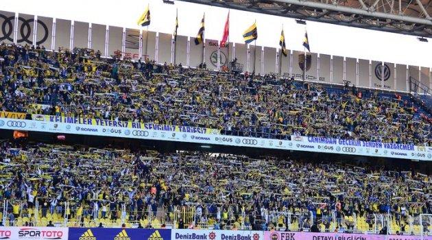 Fenerbahçe taraftarı, futbolculara tepkiyi küfürlü tezahüratlarla gösterdi!