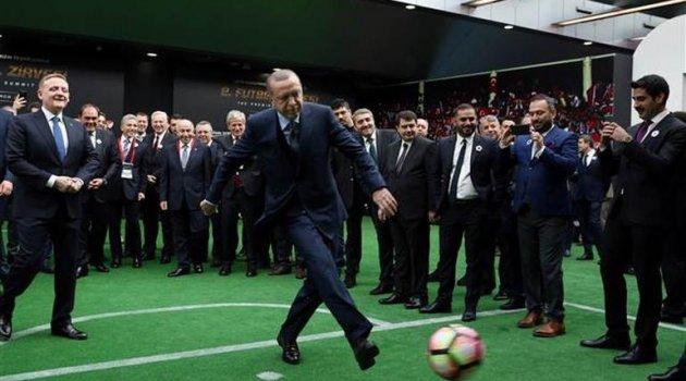 Futbol zirvesinde dikkat çeken an... Aziz Yıldırım reddetti