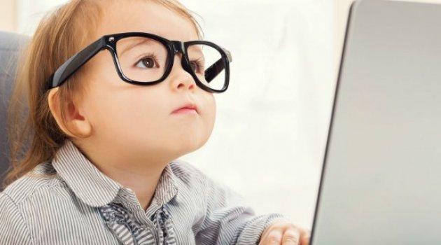 İnternetle tanışma yaşı ikiye indi