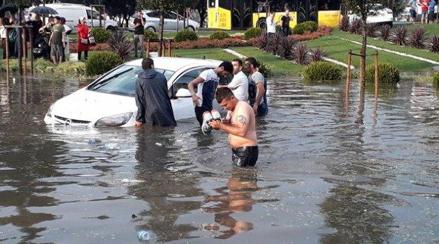 İstanbul'da aniden bastıran yağmur ve dolu yaşamı felç etti