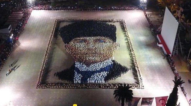 İzmir'de 4 bin kişi zeybek oynadı....