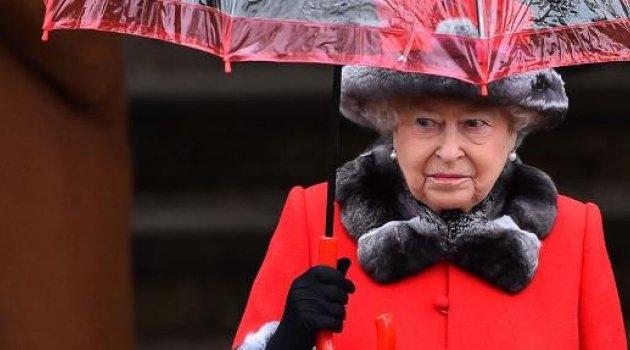 Kraliçe Elizabeth'e kendi koruması silah doğrulttu...