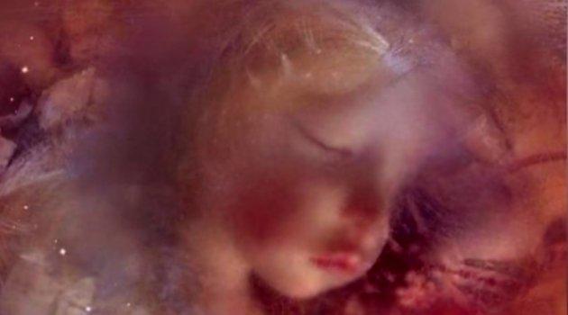 Cam tabutun içinde 100 yıldır korunan gizemli bebeğin sırrı