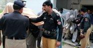 Pakistan'da genç kız köy meclisi kararıyla yakıldı